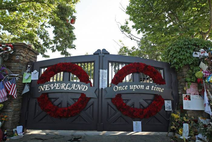 LOS OLIVOS, CA - JULY 08:  General view of the front gate at Neverland Ranch on July 8, 2009 in Los Olivos, California.  (Photo by Alberto E. Rodriguez/Getty Images)