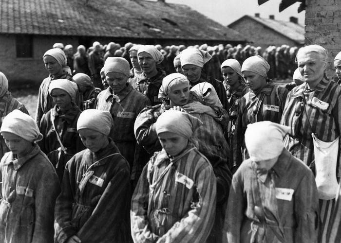 1948:  A scene from 'Ostatni Etap' ('The Last Stage'), a film about German atrocities at Auschwitz concentration camp. It was filmed by two former inmates and directed by Wanda Jakubowska and M Wainberger for PP Film Polski.  (Photo by Hulton Archive/Getty Images)