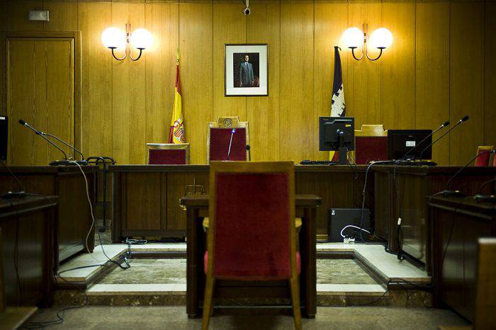 PALMA DE MALLORCA, SPAIN - FEBRUARY 24:  A portrait of King Juan Carlos of Spain hangs on the wall at the Palma de Mallorca courtroom, where The Duke of Palma, Inaki Urdangarin, will be questioned by a judge during the 'Palma Arena Trial', on February 24, 2012 in Palma de Mallorca, Spain. The son-in-law of King Juan Carlos of Spain, Inaki Urdangarin, Duke of Palma will testify in court over allegations that he misused millions of euros of public funds, allocated to organise sports and tourism events, during his time a chairman of a non-profit foundation from 2004 to 2006. Public prosecutors suspect the non-profit foundation named 'Instituo Noos', headed by the Princess Cristina's husband, Inaki Urdangarin of siphoning away funds from public contracts awarded to companies run by Urdangarin and his business partners.  (Photo by David Ramos/Getty Images)