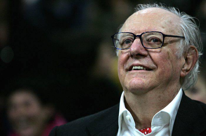 "Milan, ITALY: Italian playwrite and 1997 Nobel literature laureate, Italian Dario Fo smiles as he attends a gathering with friends and students of his former art accademy ""Accademia Brera"" in downtown Milan 25 March 2006 to celebrate his 80th birthday. AFP PHOTO/Filippo MONTEFORTE (Photo credit should read FILIPPO MONTEFORTE/AFP/Getty Images)"